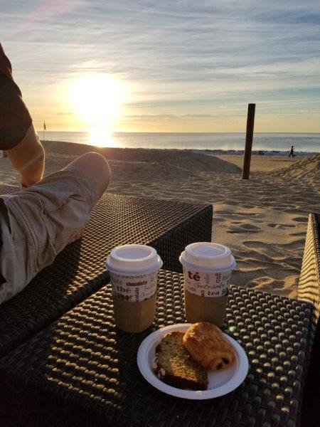 ハイアット・ジーヴァ・ロス・カボス。ビーチで日の出を眺めながらのモーニングコーヒー。