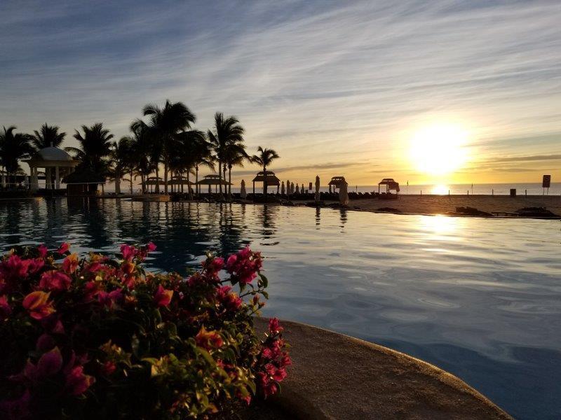 ハイアット・ジーヴァ・ロス・カボス。日の出が美しいプールサイド。