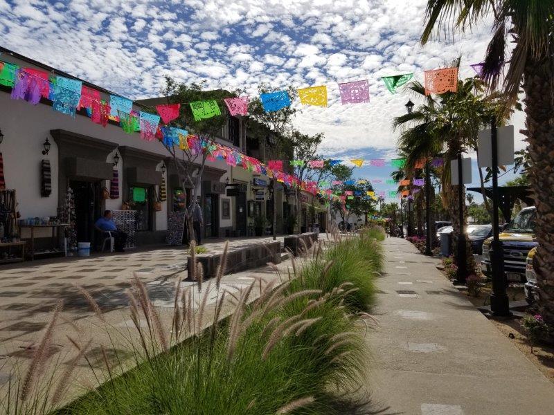 サンホセ・デル・カボのダウンタウン。レストランやお土産屋さんが並ぶ。