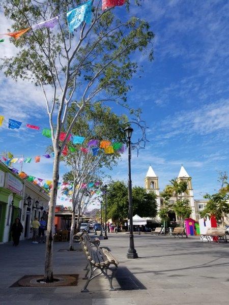 サンホセ・デル・カボのダウンタウン。ミハレス広場とカトリック教会を中心に広がるカラフルな街。