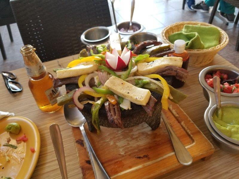 カボ・サン・ルーカスのレストラン、ガーデニア。メキシコ料理、Molcajete (モルカヘテ)。