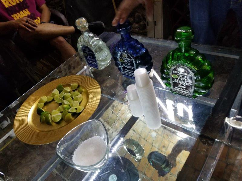 メキシコ・テキーラ村のテキーラツアー。テキーラのテイスティング(試飲・飲み比べ)。