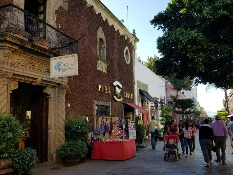 メキシコ・グアダラハラの近郊、トラケパケのショッピング街。