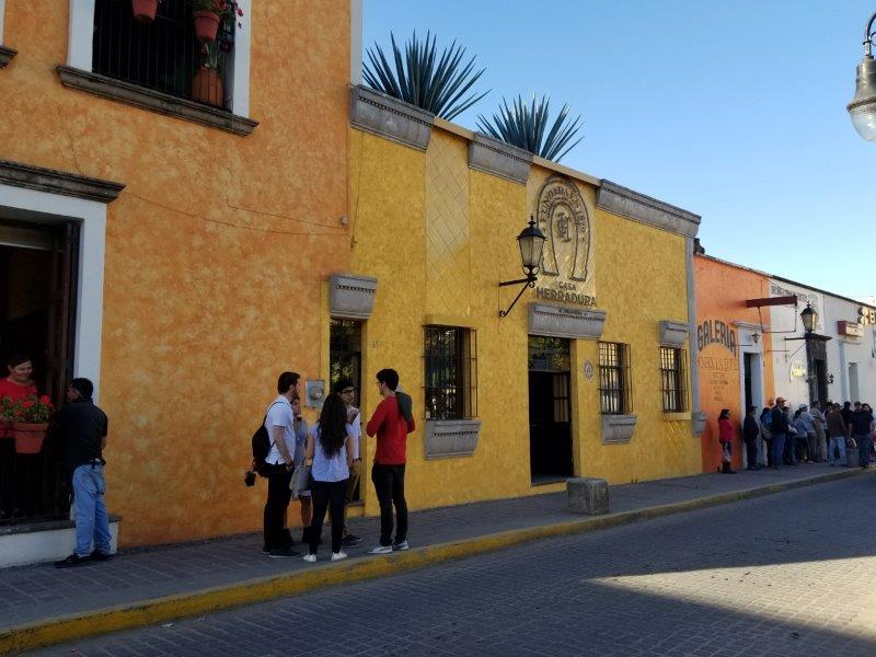 メキシコ・テキーラ村のショッピング街。テキーラツアーにて。