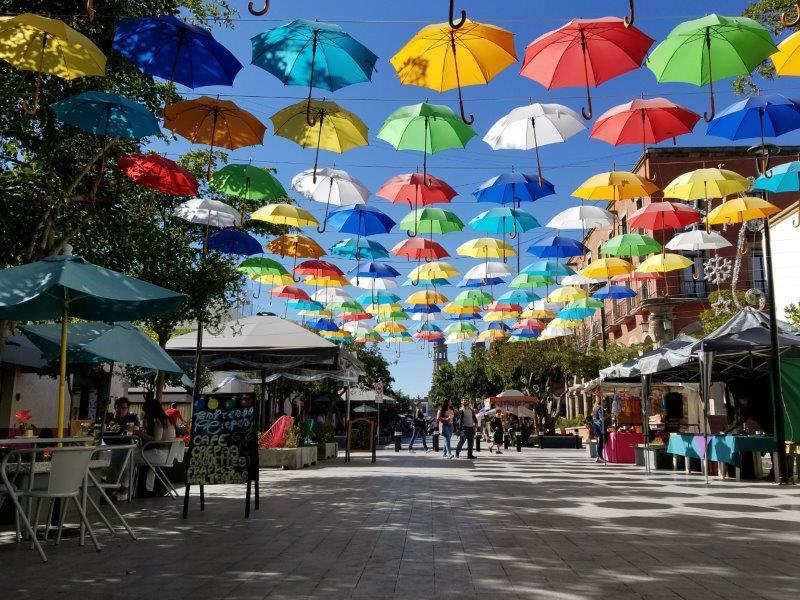 グアダラハラ・サポパン大聖堂とカラフルなパラソルで飾られた通り。
