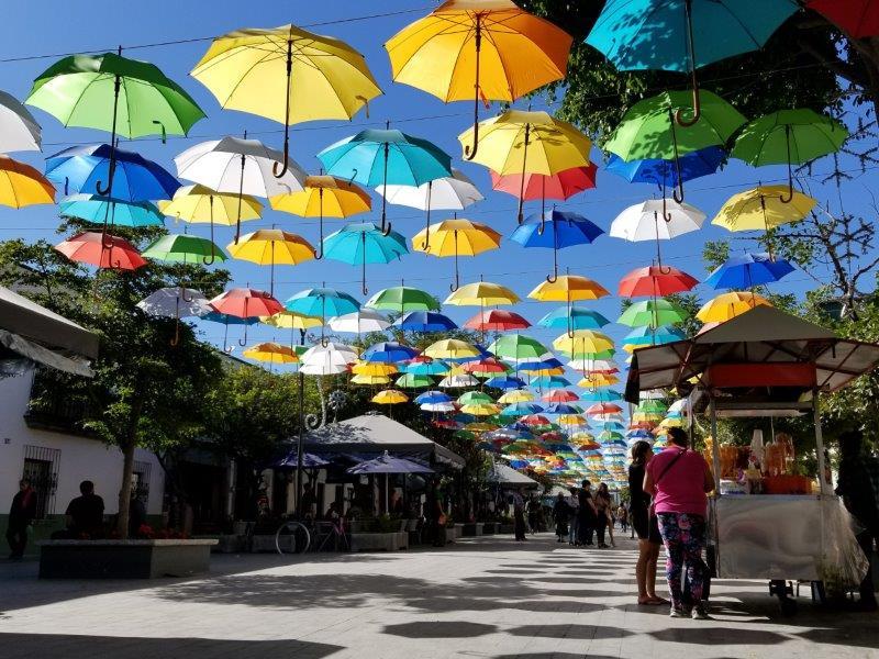 メキシコ・グアダラハラ近郊のサポパン。カラフルなパラソル通り。カラフルな傘通り。