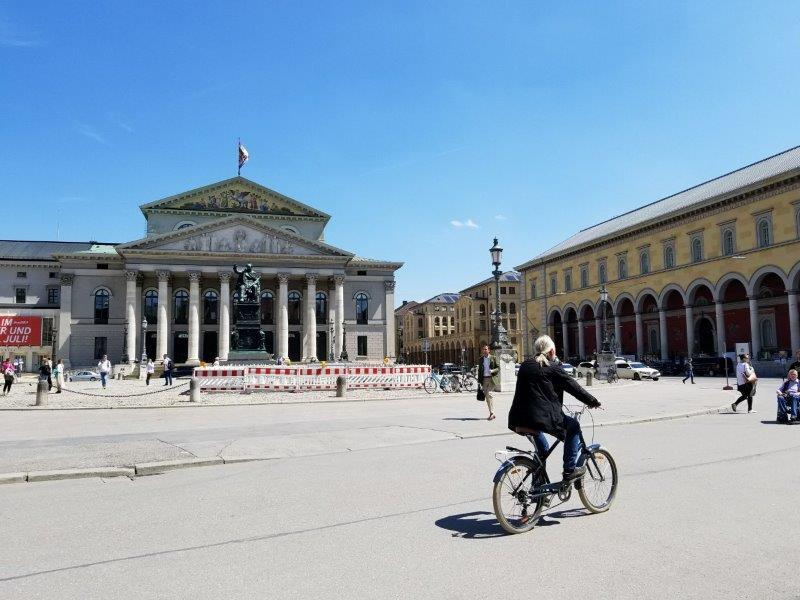 ミュンヘンのレジデンツ前。バイエルン州立歌劇場。