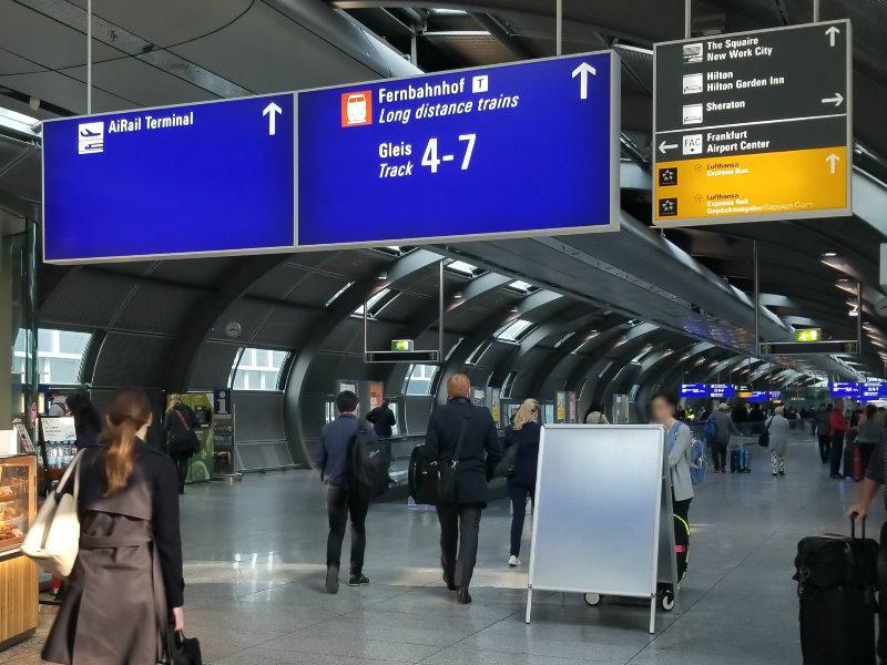 ドイツの鉄道(DB=ドイチェ・バーン) の特急列車ICE。フランクフルト空港の駅の標識。