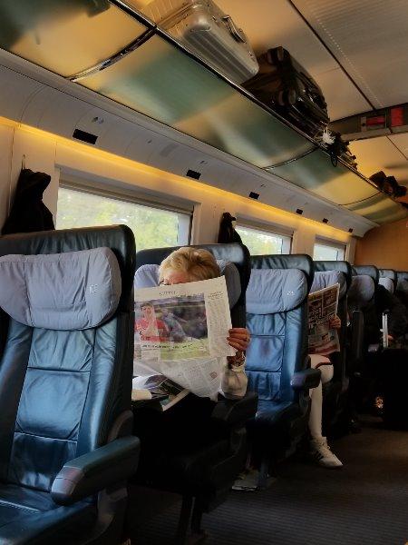ドイツの鉄道(DB=ドイチェ・バーン) の特急列車ICE。頭上の荷物収納棚。