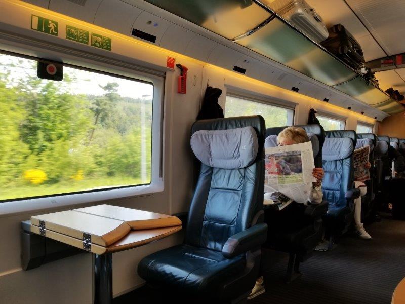 ドイツの鉄道(DB=ドイチェ・バーン) の特急列車ICE。一等車の座席配置。