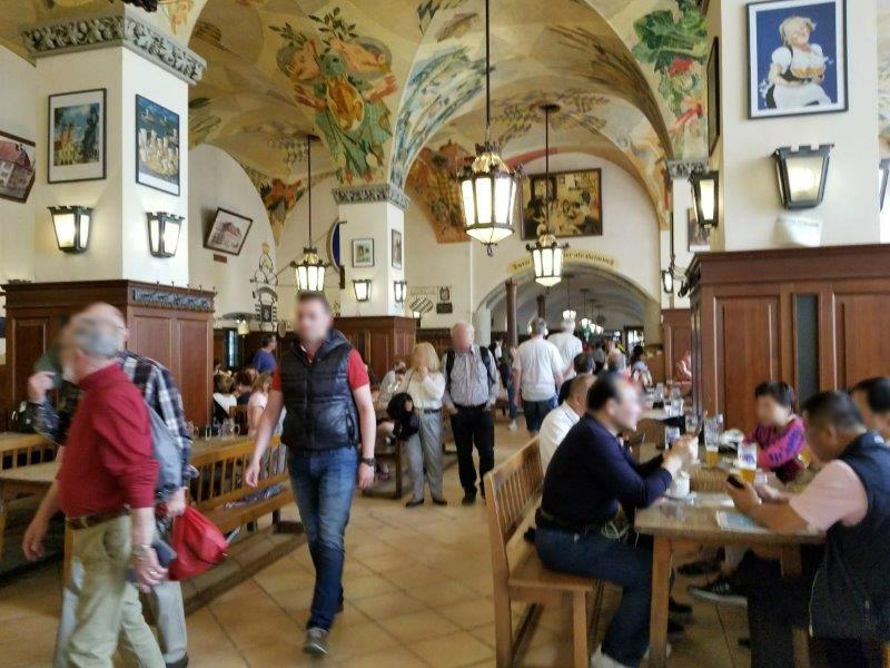 ミュンヘンのビールの老舗、ホフブロイハウス(Hofbräuhaus)のビアホール。