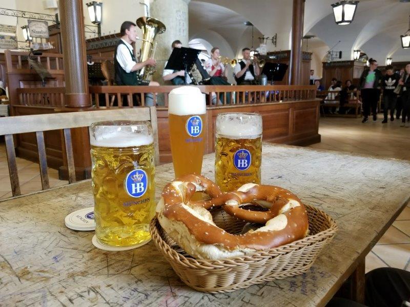 ミュンヘンのビールの老舗、ホフブロイハウス(Hofbräuhaus)。ビアホールではバンドの演奏あり。