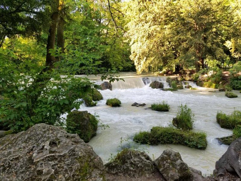 ミュンヘンの英国庭園を流れる小川。