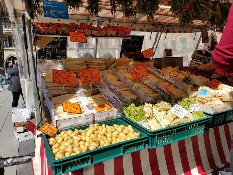 ミュンヘンの市場、ヴィクトアリエンマルクト。5月が旬の白アスパラガス。