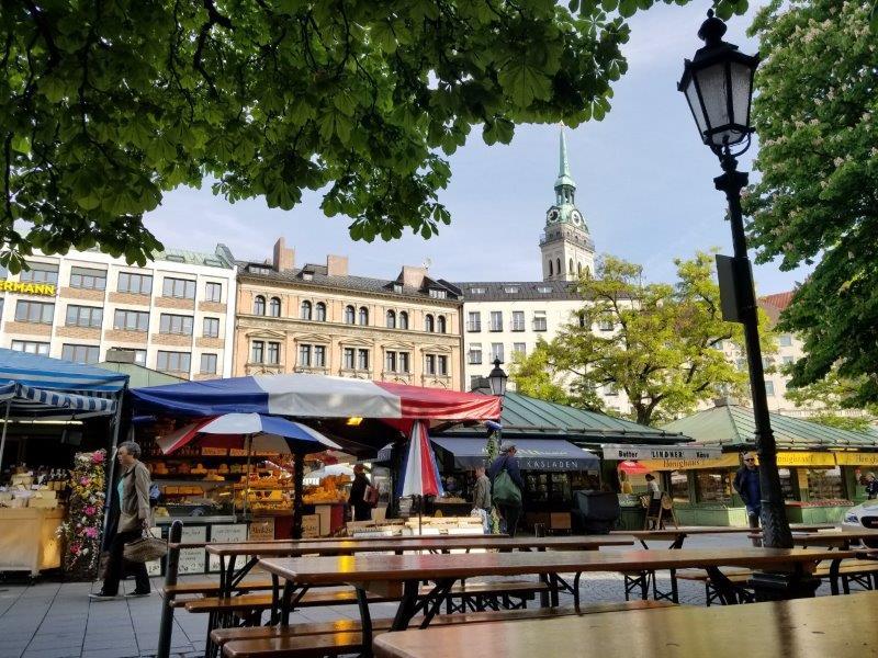 ミュンヘンのマーケット、ヴィクトアリエンマルクト。テーブルも多数設置っされている。