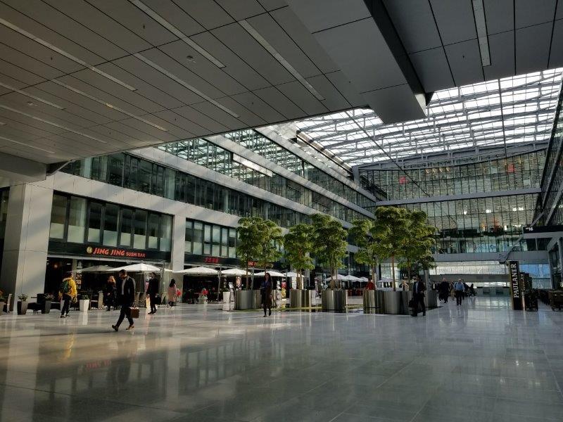 フランクフルト空港、長距離線(Fernbahnhof)の駅のターミナル。フードコートエリア。