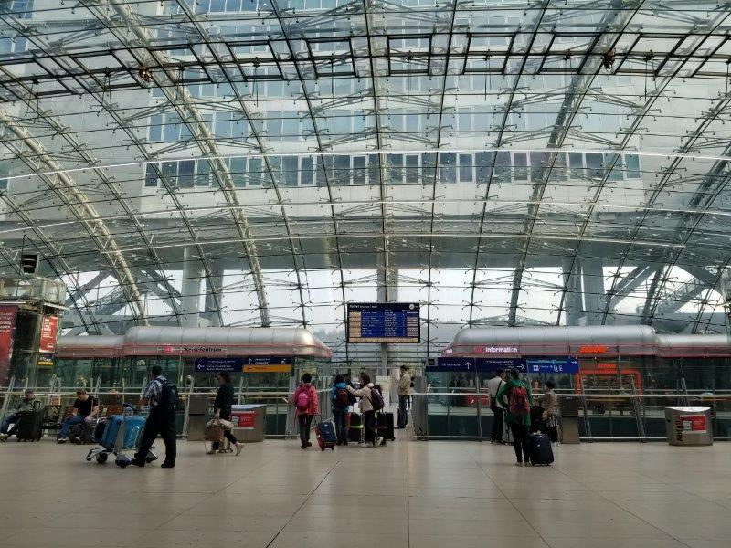 フランクフルト空港、長距離線(Fernbahnhof)の駅のターミナル。