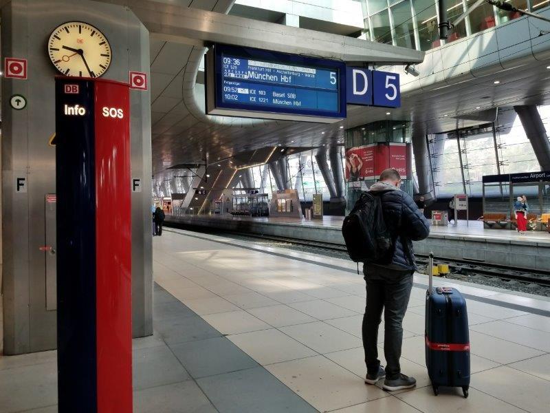 フランクフルト空港、長距離線(Fernbahnhof)の駅のホーム。