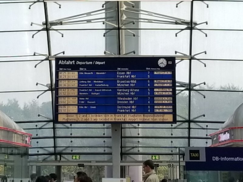 フランクフルト空港、長距離線(Fernbahnhof)の駅のターミナル。出発便の電光掲示板。