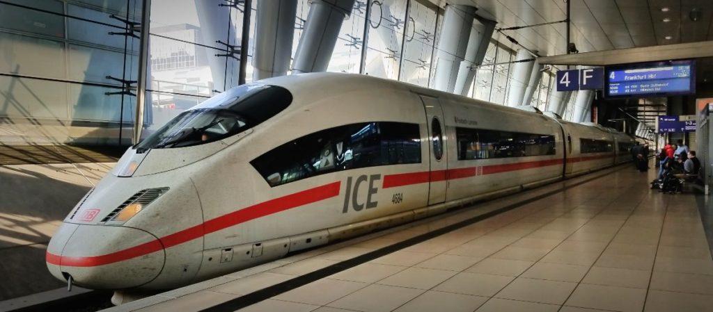 フランクフルト空港駅案内。ドイツの鉄道(DB=ドイチェ・バーン) が運行する特急列車ICE。
