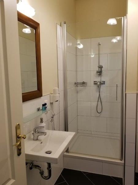ミュンヘンの旧市街にある、ホテル・アム・マルクト。Hotel am Markt。シンプルで清潔なバスルーム。