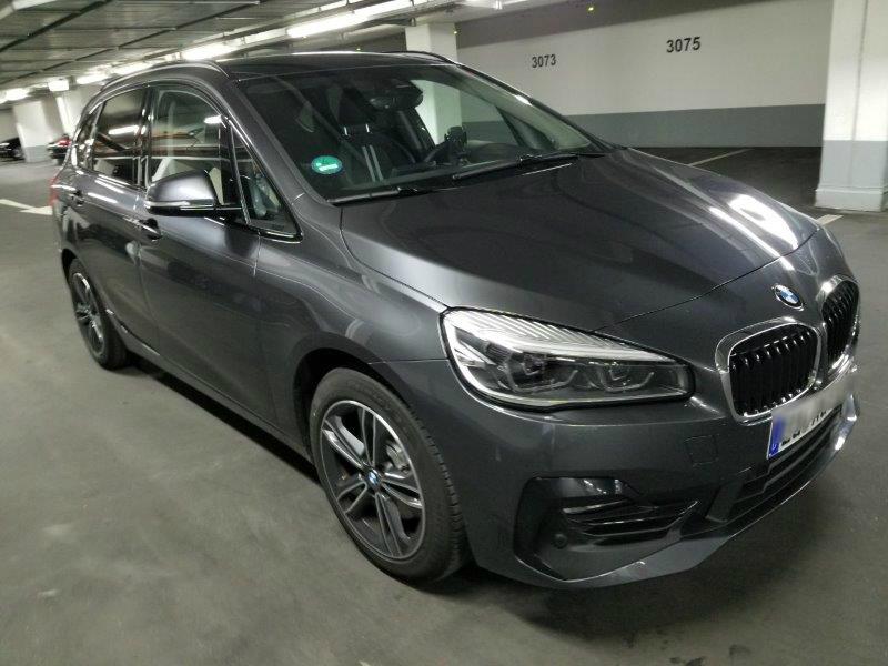 ドイツ・ミュンヘン市内のエイビス・レンタカー(Avis) 。 BMW のコンパクト・ハイブリット車「Active Tourer 」。