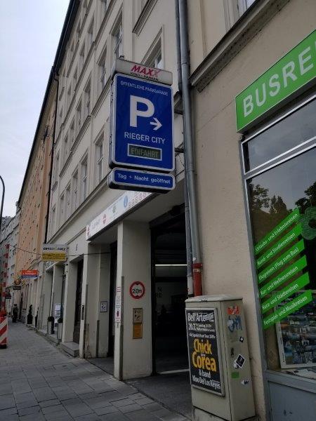ドイツ・ミュンヘン市内のエイビス・レンタカー(Avis) 。屋内駐車場の行き方。