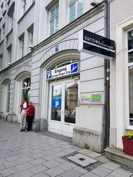 ドイツ・ミュンヘン市内のエイビス・レンタカー(Avis) 。屋内駐車場の入り口。
