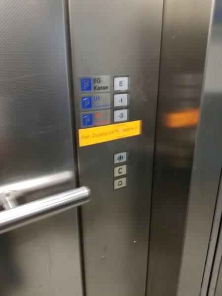ドイツ・ミュンヘン市内のエイビス・レンタカー(Avis) 。屋内駐車場のエレベーター。