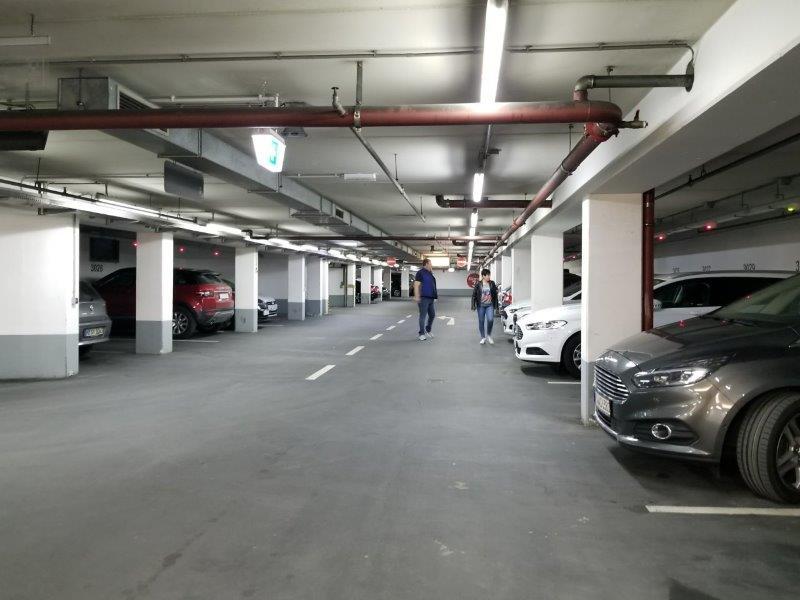 ドイツ・ミュンヘン市内のエイビス・レンタカー(Avis) 。地下駐車場の様子。