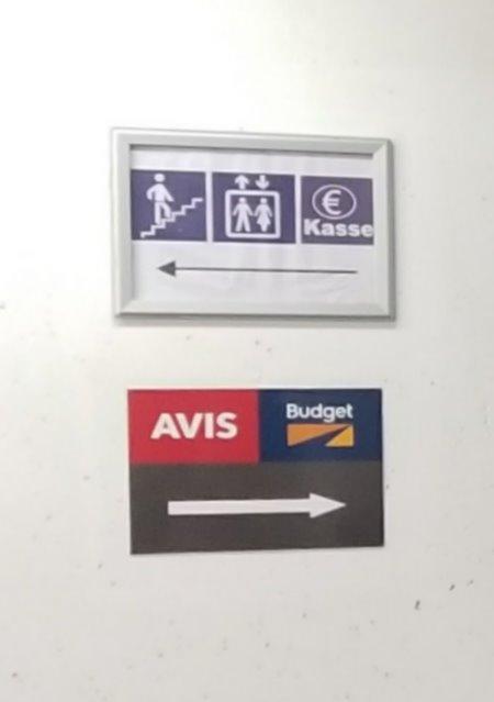 ドイツ・ミュンヘン市内のエイビス・レンタカー(Avis) 。地下駐車場の案内。