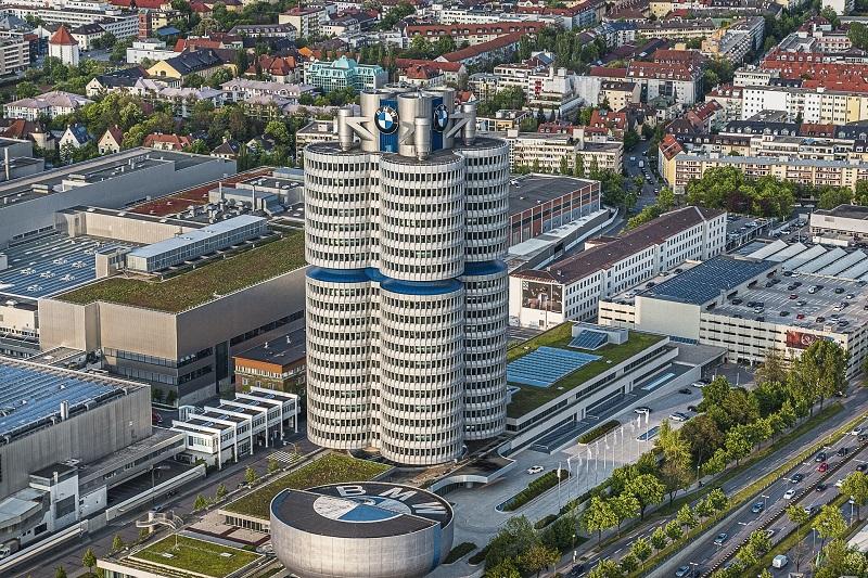 ミュンヘンのBMW本社の4気筒ビルと、BMW博物館。