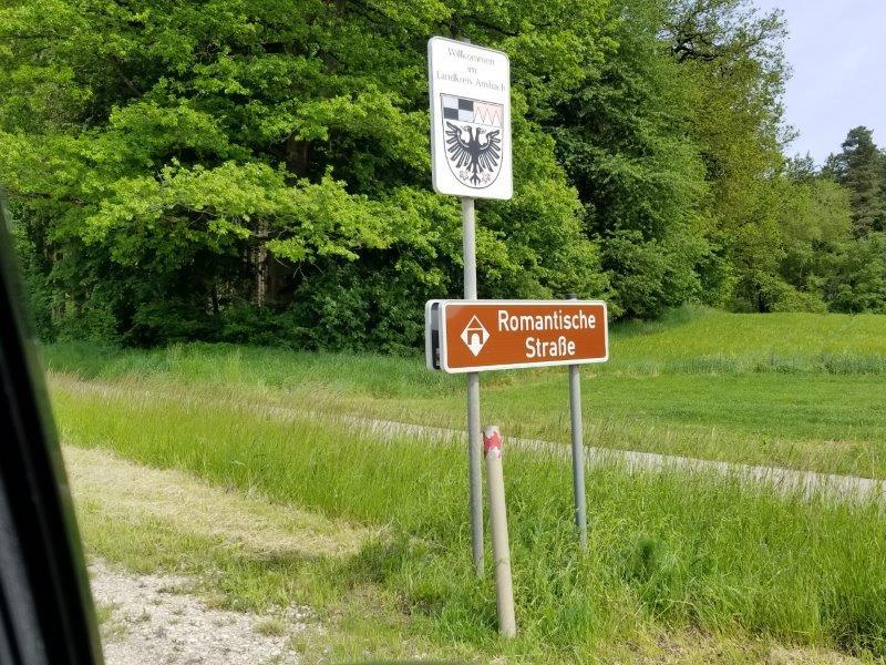 レンタカーで南ドイツをドライブ。ロマンチック街道の標識。