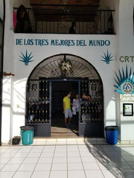 メキシコのテキーラ村ツアーでテキーラ蒸留所見学