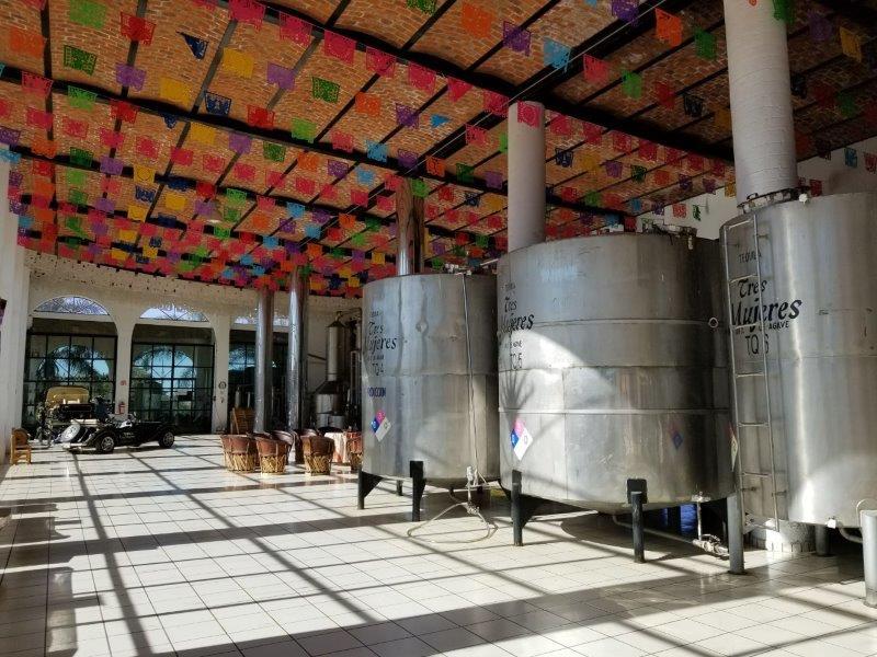 メキシコのテキーラツアー。テキーラ工場のタンク。
