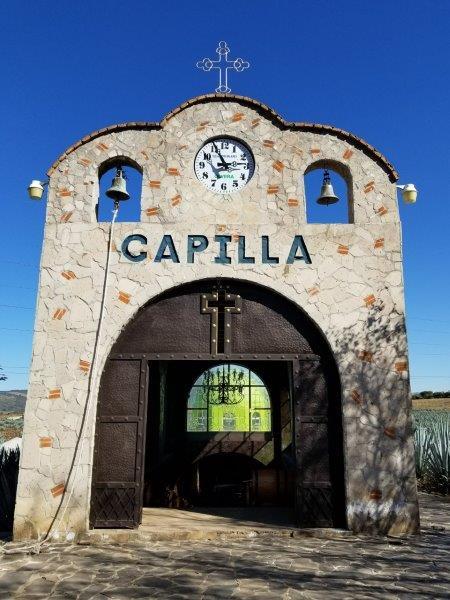 メキシコのテキーラ工場見学ツアー。アガベ畑に建っているチャペル。