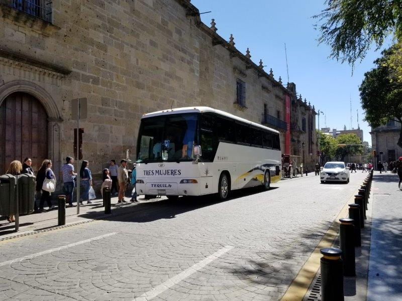 グアダラハラ発・テキーラツアーのバス
