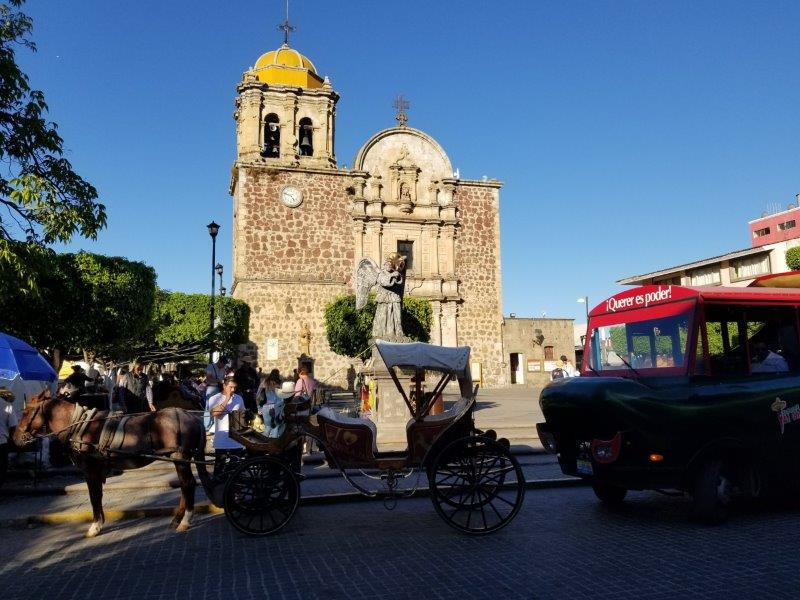 テキーラツアー。テキーラ村の中心にあるカトリック教会と広場。