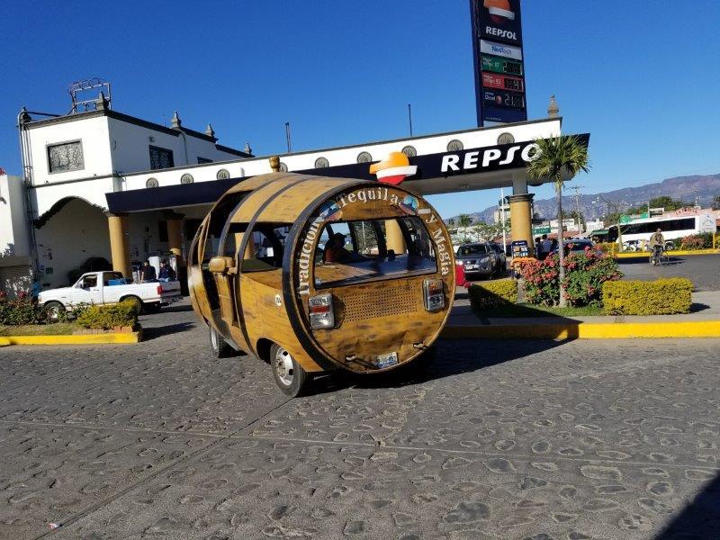 メキシコ・テキーラ村ツアー。テキーラ村を走る樽の車。