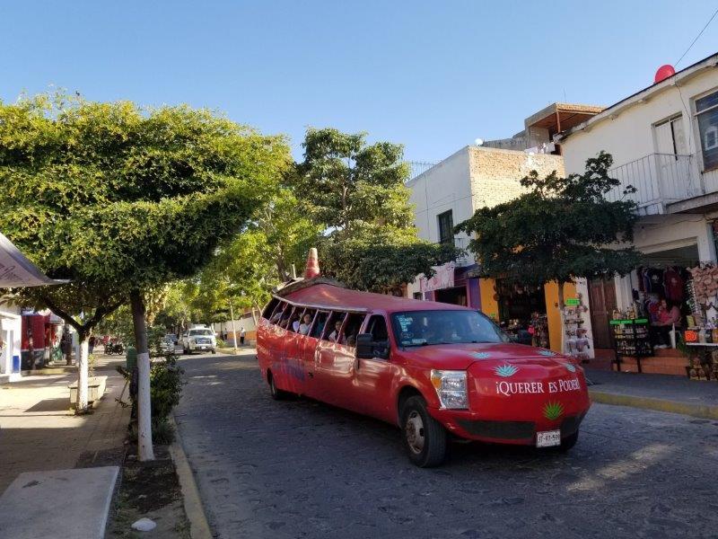 メキシコ・テキーラツアー。テキーラ村を走るトウガラシ車。