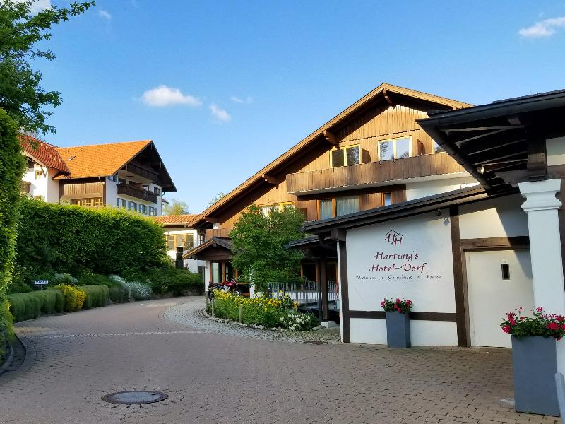 ハートゥングズ ホテル ドルフ(Hartungs Hotel Dorf)。アルプスとホップフェン湖を望むフュッセンのホテル。