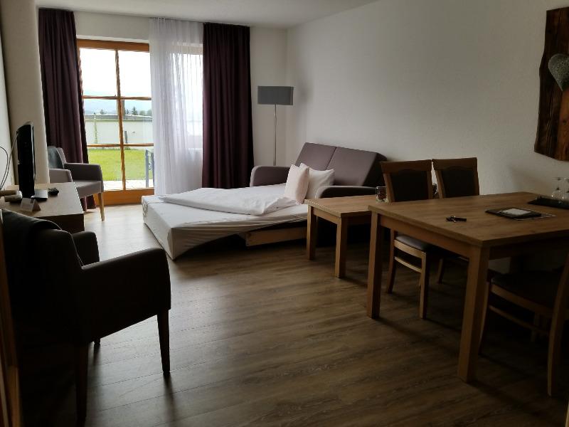 ハートゥングズ ホテル ドルフ(Hartungs Hotel Dorf)。ワンベッドルーム、スイーツのリビングルーム。