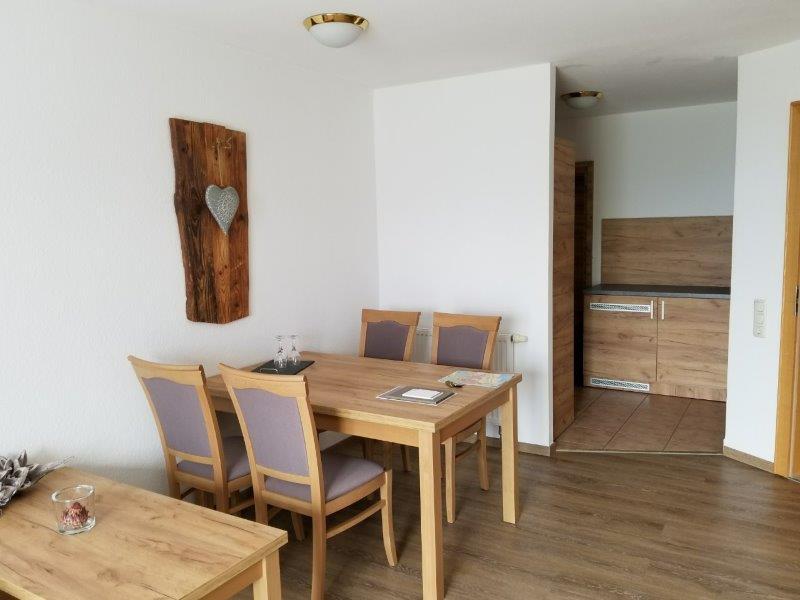 ハートゥングズ ホテル ドルフ(Hartungs Hotel Dorf)の客室。ダイニングテーブル。