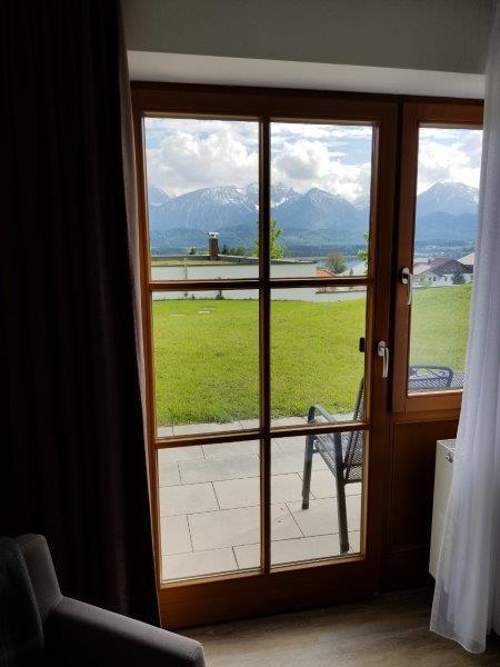 ハートゥングズ ホテル ドルフ(Hartungs Hotel Dorf)。寝室に付いているバルコニーと裏庭。