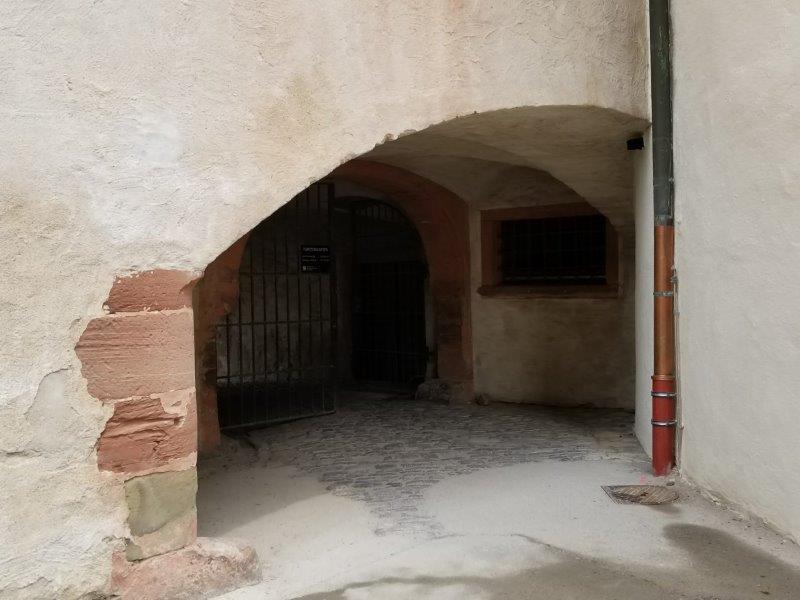 ヴュルツブルクのマリエンベルク要塞。領主の庭園への抜け道。