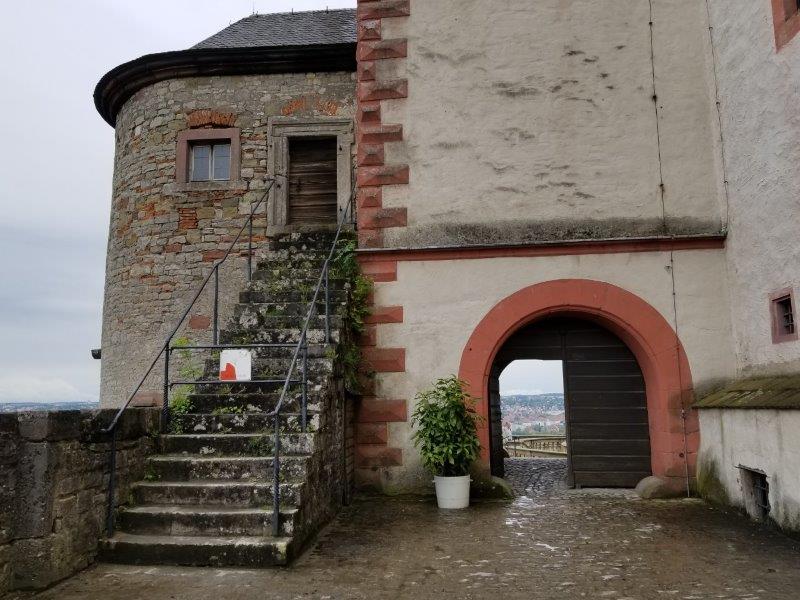 ヴュルツブルクのマリエンベルク要塞。領主の庭園への通路。