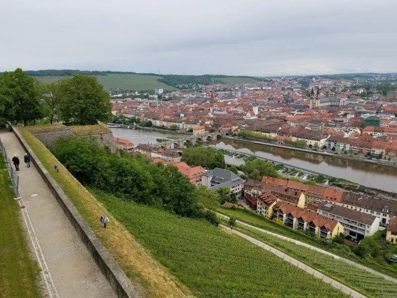 マリエンベルク要塞から眺めるヴュルツブルクの赤い街。
