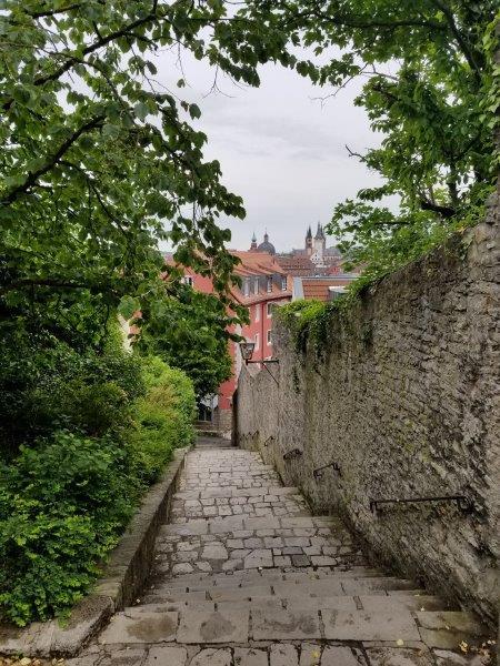 マリエンベルク要塞からヴュルツブルクの街へ続く坂道。