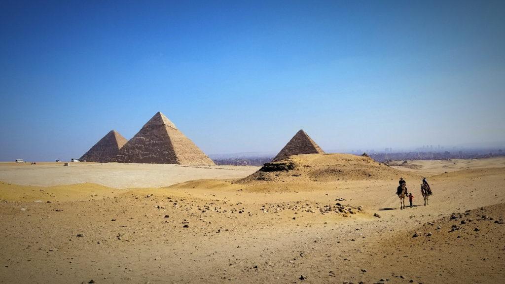 エジプト・ギザ・ピラミッドとラクダ乗り