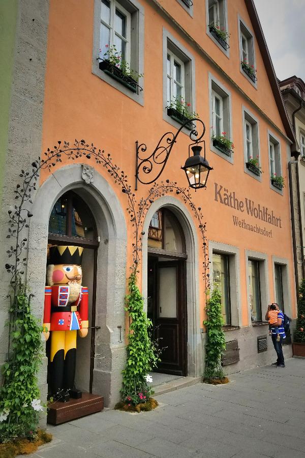 ドイツでドライブ。ロマンティック街道のローテンブルク。クリスマスショップのケーテ・ヴォールファールト。